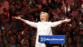 Hillary Clinton se dirige a sus seguidores en Nueva York tras ganar la nominación demócrata.