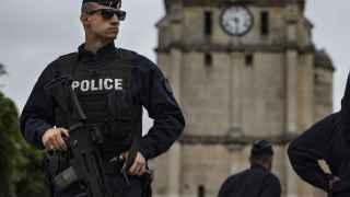 Un policía vigila los alrededores de la iglesia de Saint Etienne du Rouvray (Francia).