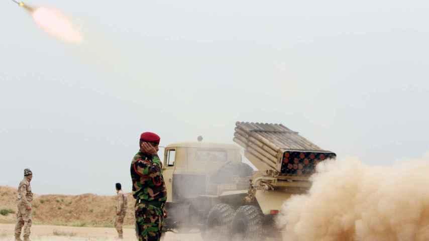 Soldados iraquíes lanzan un misil contra el EI a las afueras de Makhmour al sur de Mosul en marzo de 2016.