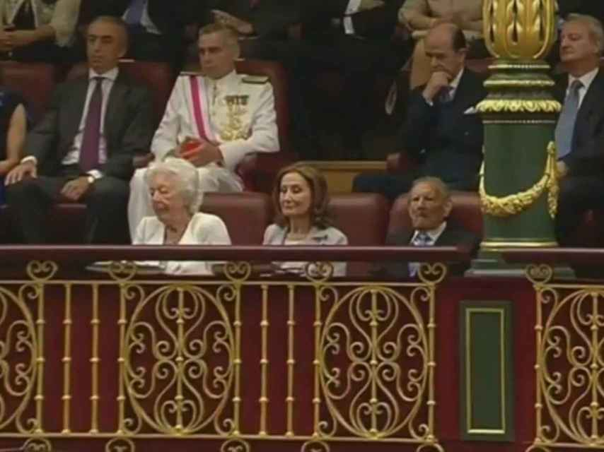 Paloma Rocasolano junto a su padre y su exsuegra, en la proclamación de don Felipe.
