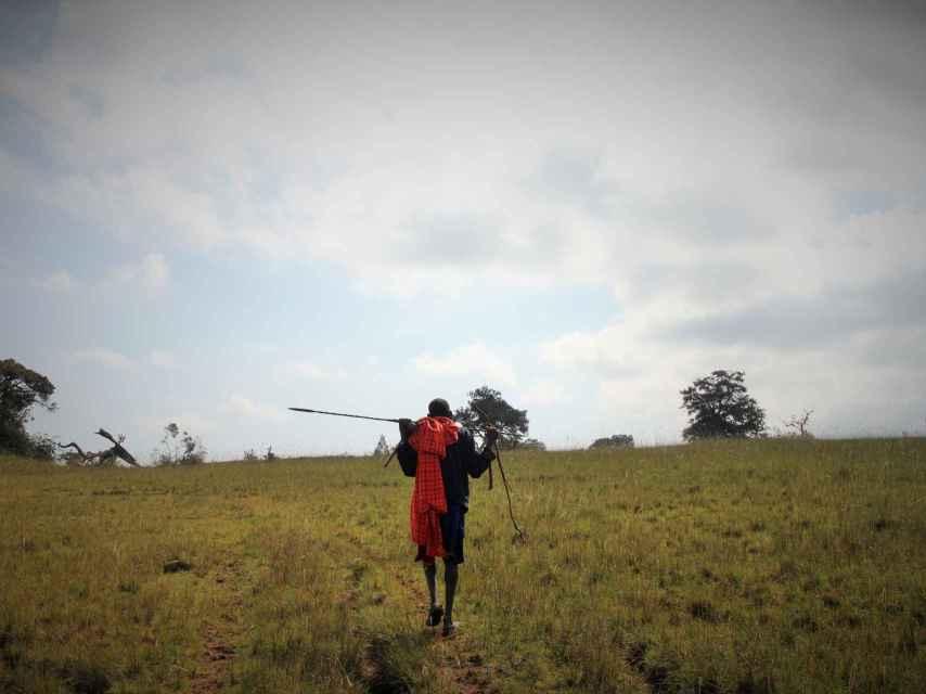 Un guerrero masai camina por las montañas de Loita.