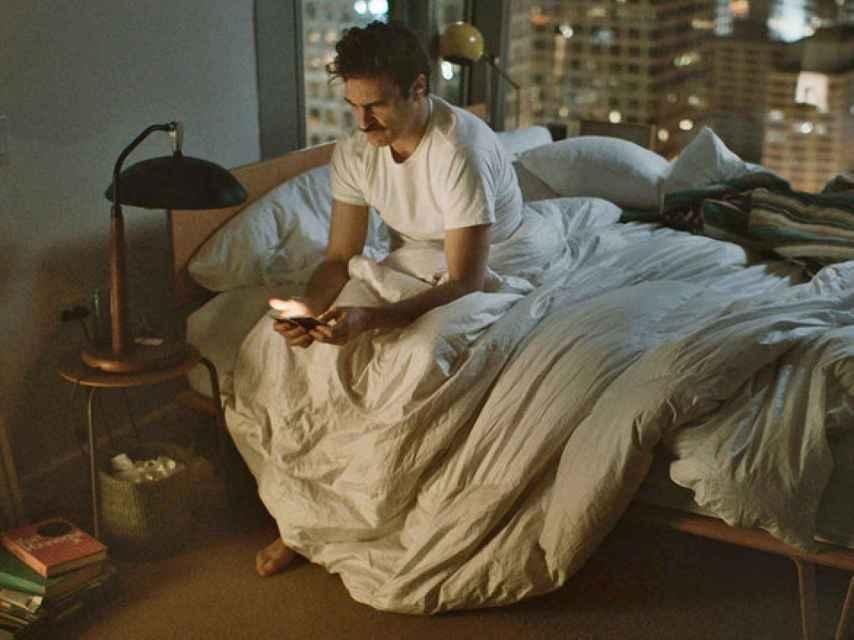 Fotograma de Her, el filme de Spike Jonze: un hombre a un dispositivo móvil pegado.