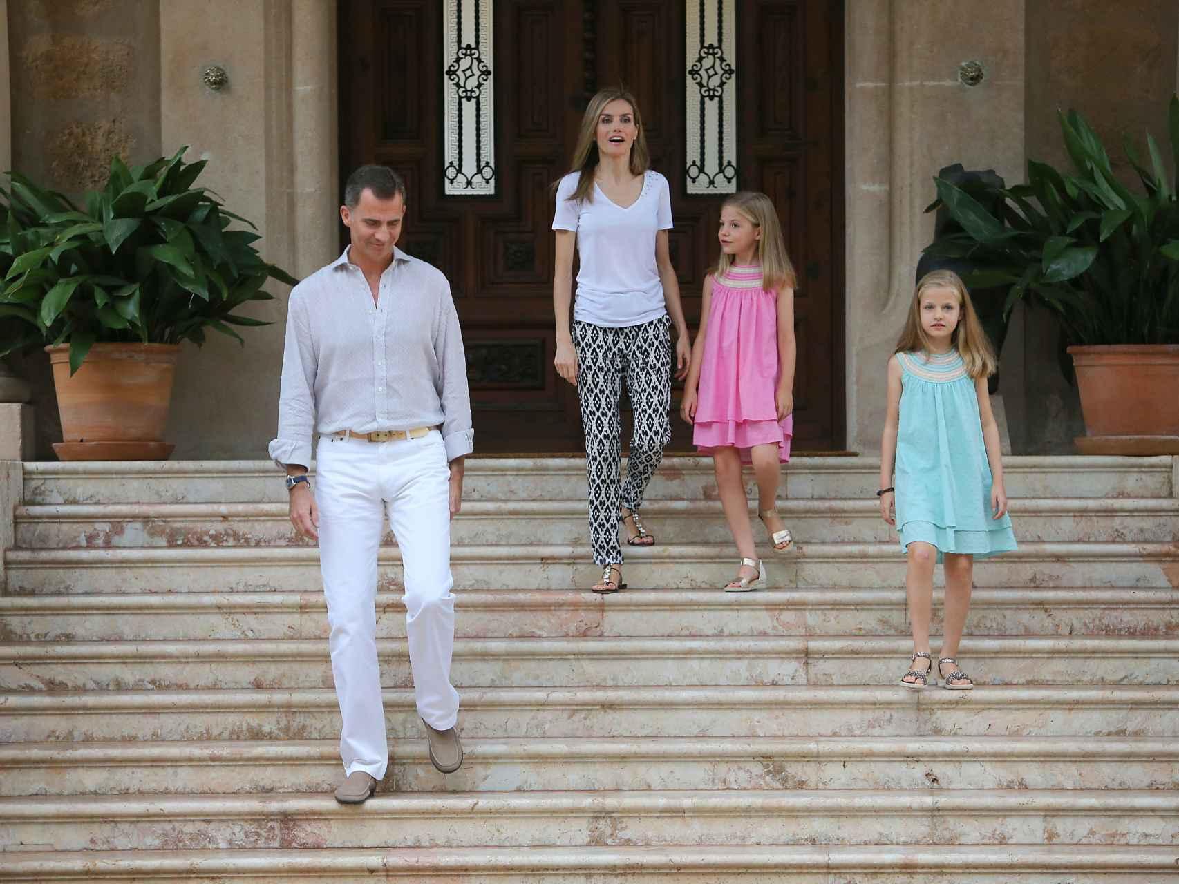 Los reyes y sus hijas a su llegada a Marivent el año pasado.