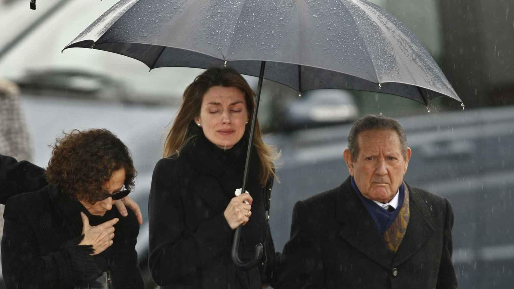 Letizia Ortiz, junto a su madre y su abuelo materno.