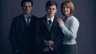 Harry, su hijo  Albus y su mujer Ginny Potter en la nueva obra de teatro.