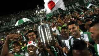 El Atlético Nacional levanta el trofeo de campeón.