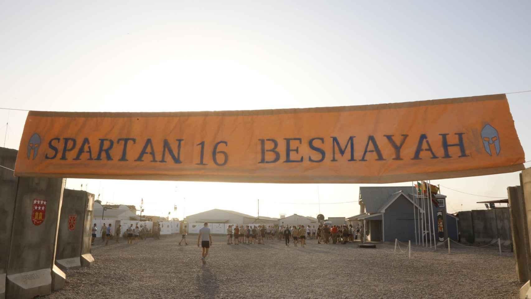 Pancarta de la Spartan Race, un recorrido de 1,9 kilómetros lleno de obstáculos.