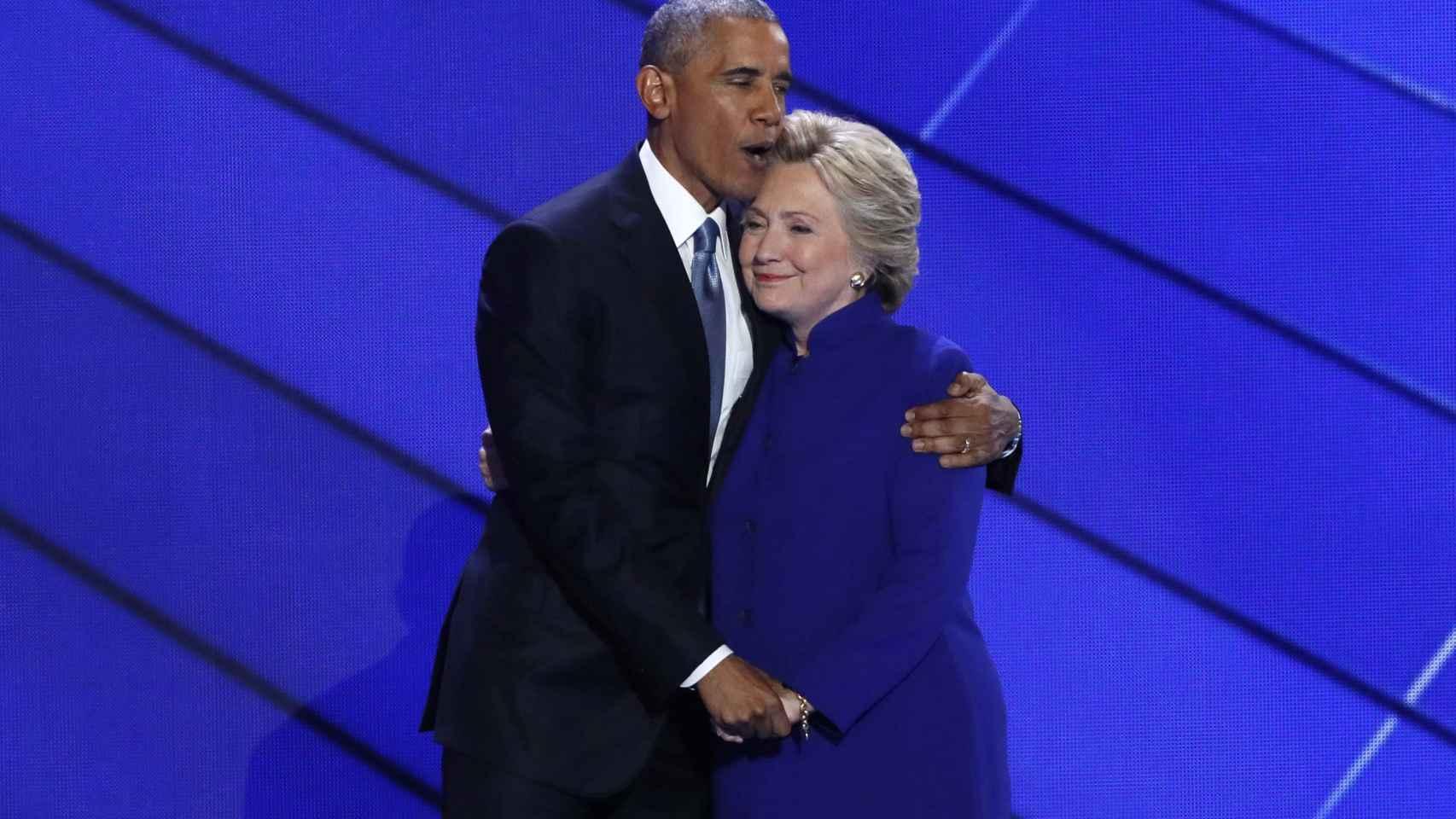 Obama abraza a Clinton durante la Convención nacional Demócrata.