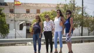 Las mujeres de los cuatro guardias expedientados, delante del cuartel de Arcos de la Frontera.