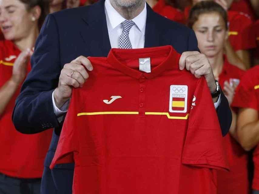 Mariano Rajoy posa con la camiseta del equipo olímpico de España, que, atendiendo a su aplastante lógica, lucirán los deportistas españoles.