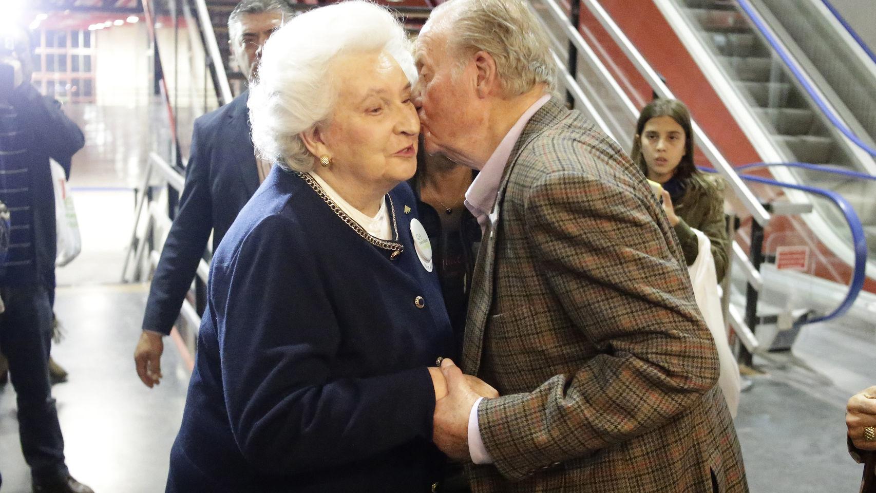 Don Juan Carlos besa a su hermana durante el último Rastrillo Nuevo Futuro.