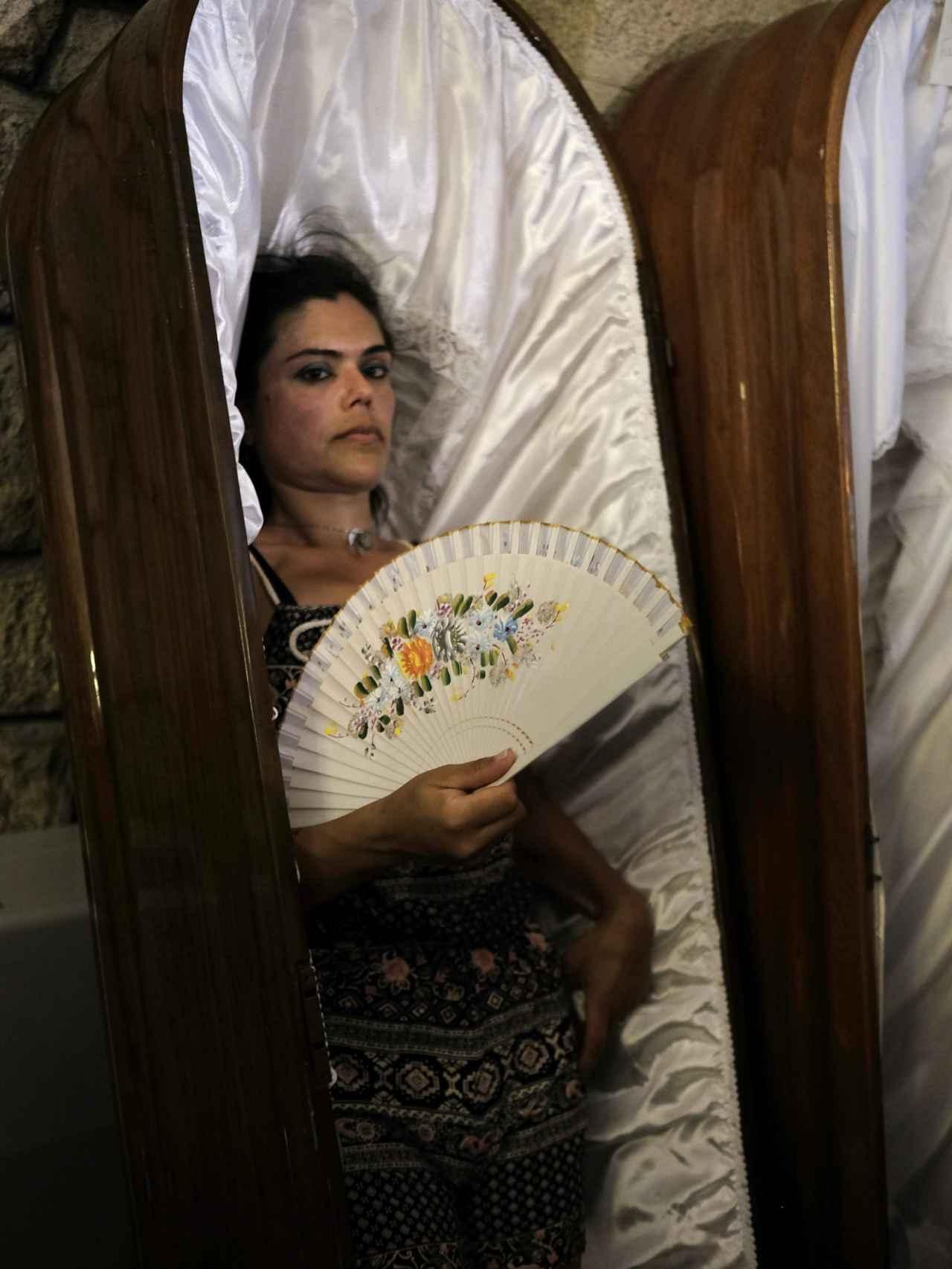 Pilar Domínguez procesiona en un ataúd para pedir que su hija se cure.