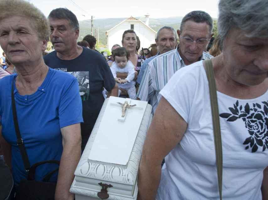 Antiguamente, los niños también participaban procesionando dentro de los ataúdes, aunque ahora acompañan a sus padres a pie o en brazos.