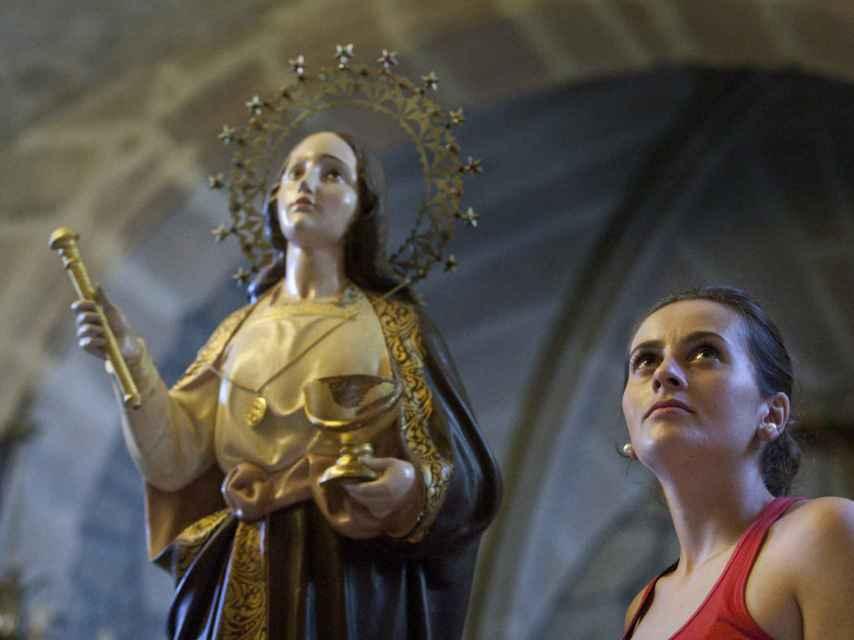 Marta, la sacristana de la iglesia, tiene tan sólo 23 años.