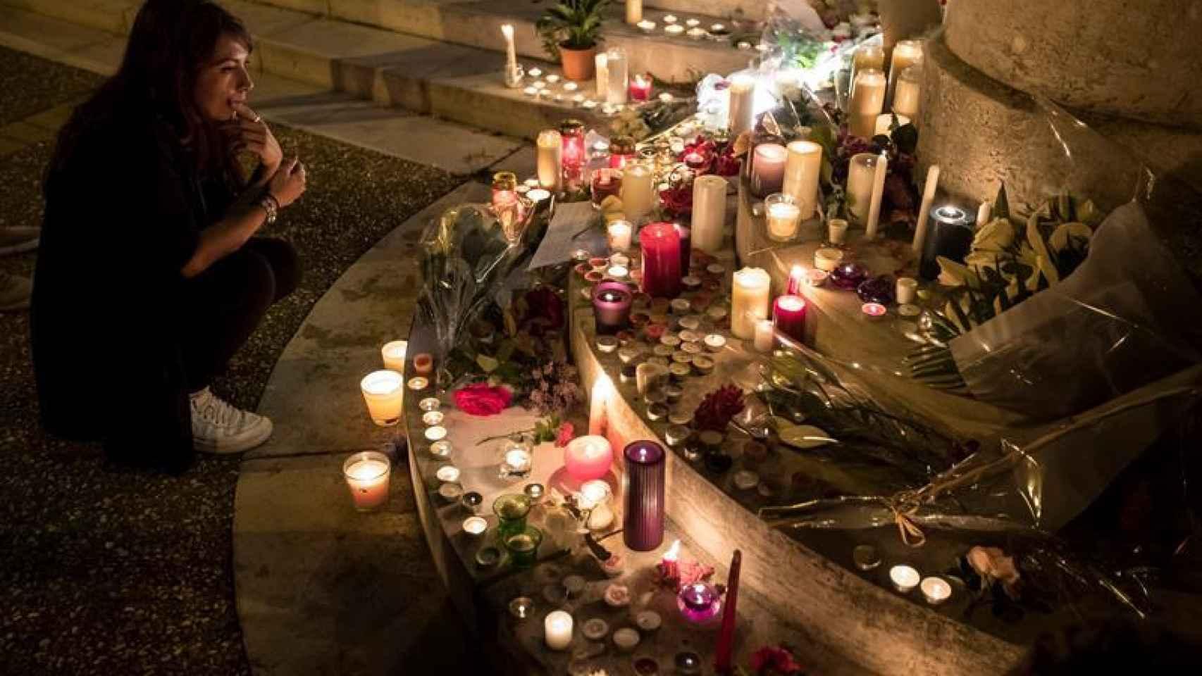 Una mujer observa un memorial por las víctimas en Saint-Étienne-du-Rouvray (Francia)/  Ian Lagdson