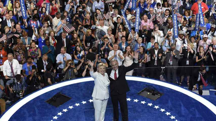 Tim Kaine, junto a Hillary Clinton.