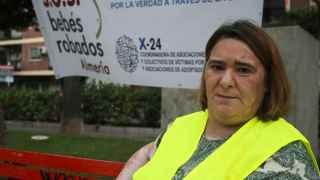Ascensión López ante un cartel de SOS Bebés Robados Almería.