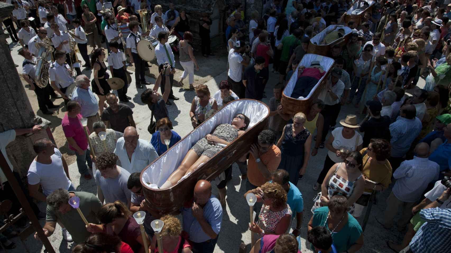 Los féretros salen de la capilla con los vivos en su interior.