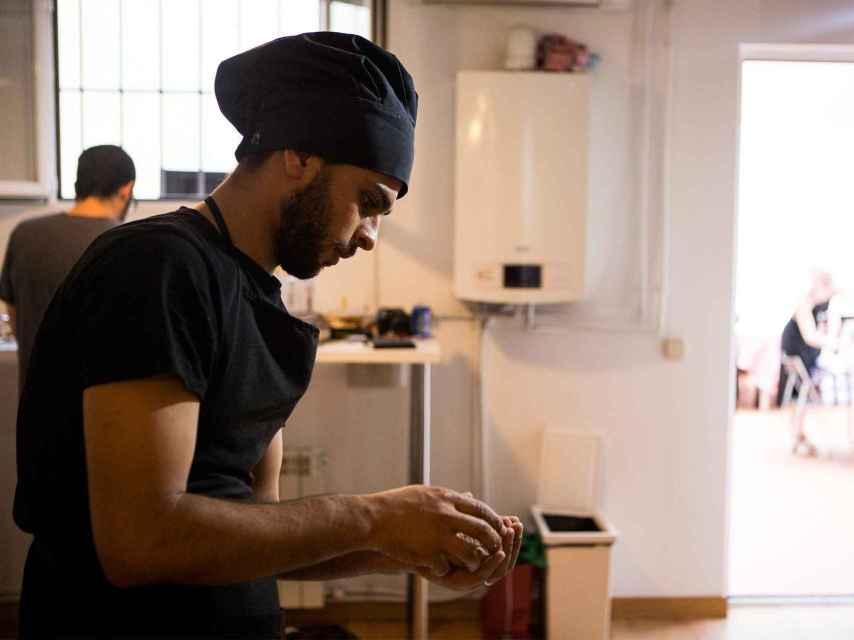 Khalid prepara falafel para la cena solidaria.