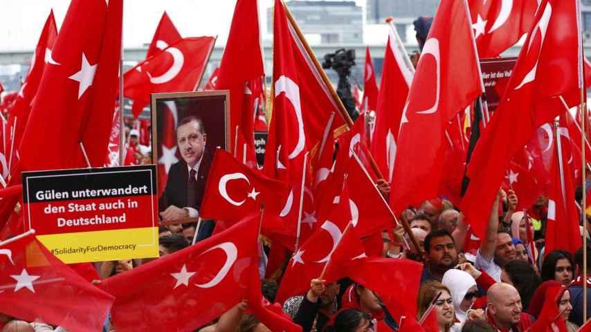 Miles de turcos se manifiestan en Colonia en apoyo a Erdogan