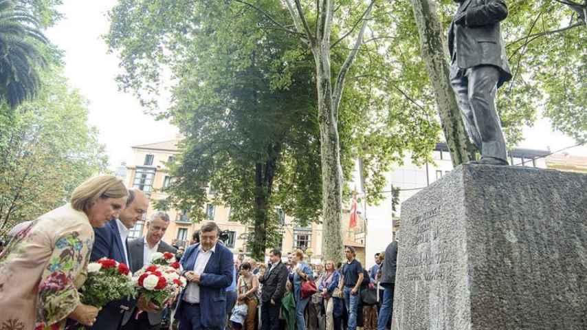 El lehendakari, Iñigo Urkullu (2d), el presidente del PNV, Andoni Ortuzar y la presidenta del Bizkai Buru Batzar, Itxaso Atutxa, entre otros, en una ofrenda floral ante la estatua del fundador del PNV. EFE/Javier Zorrilla