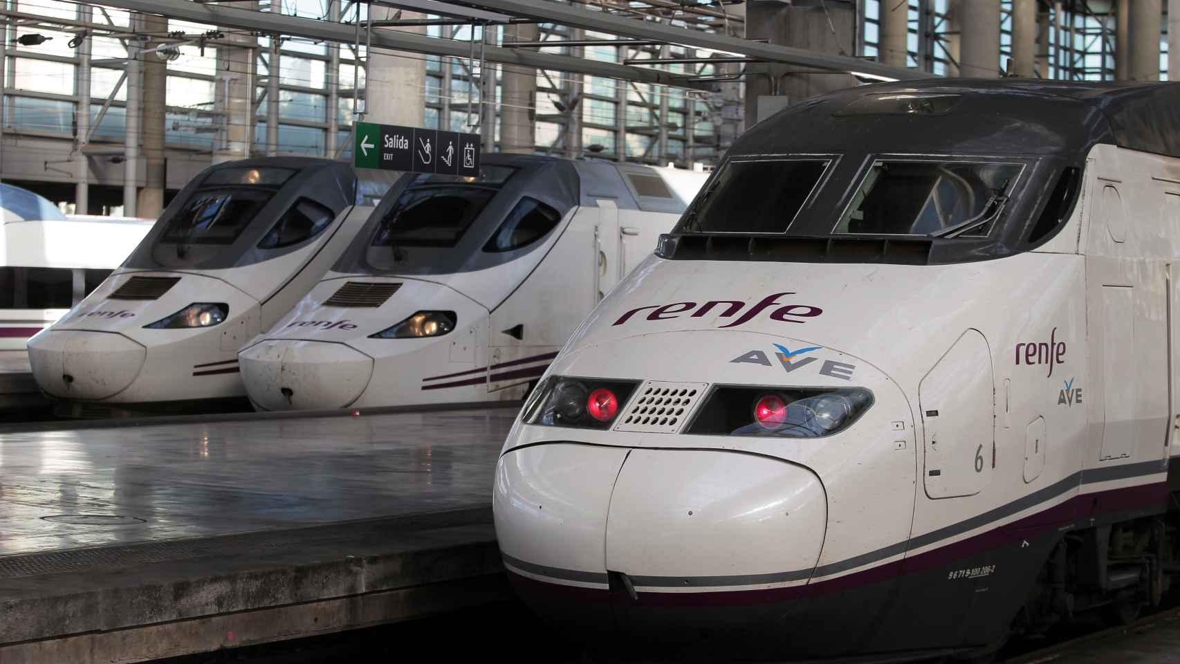 Varios trenes de alta velocidad en la estación de trenes de Atocha.