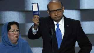 Ghazala Khan junto a su marido Khizr durante la convención demócrata