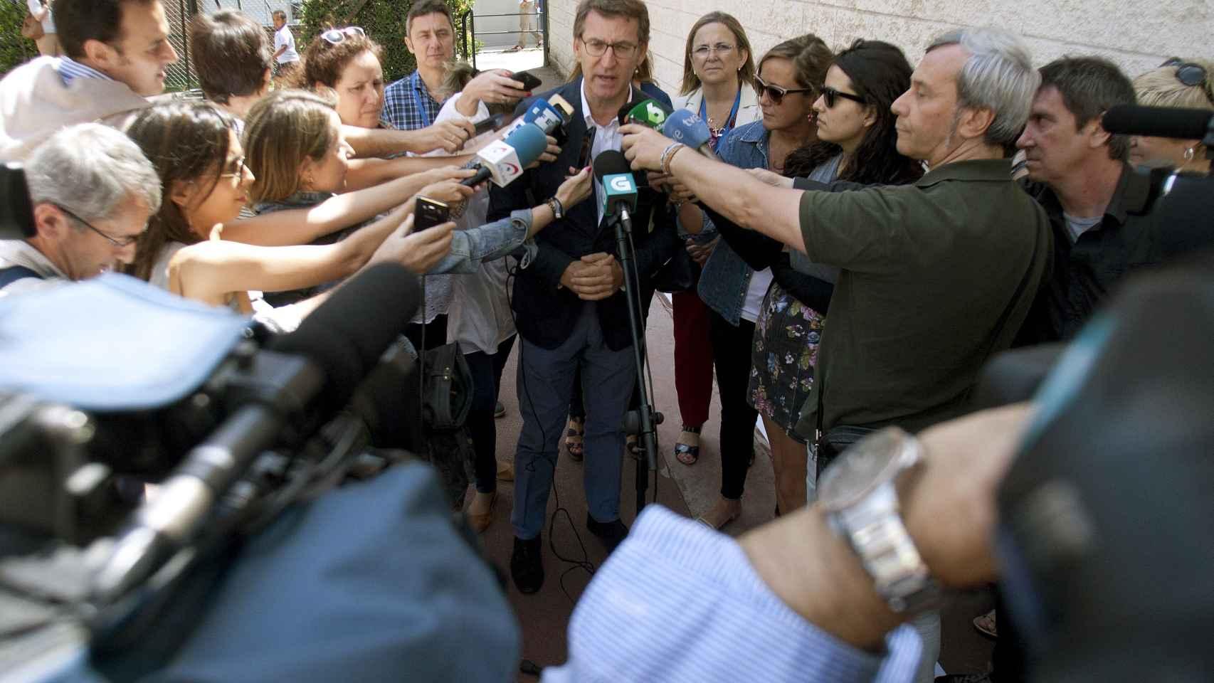 Feijoo atiende a los medios en un momentod e la legislatura