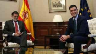 Pedro Sánchez y Mariano Rajoy se ven este martes en el Congreso.