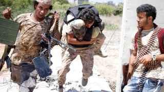 Un miliciano de las fuerzas que apoyan al Gobierno libio ayuda a un herido durante la batalla en Sirte.