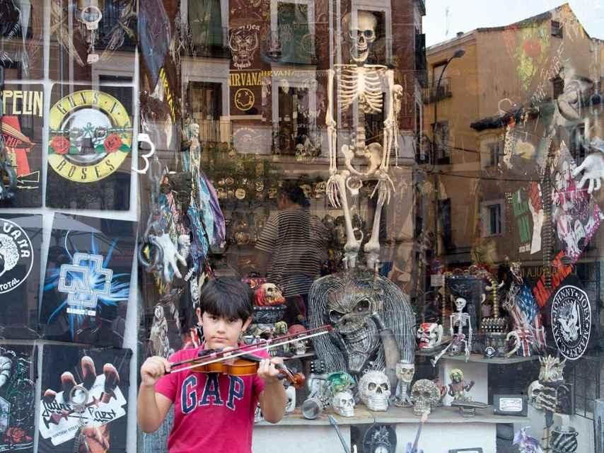 Un joven violinista en la Plaza de Cascorro, epicentro de las fiestas de San Cayetano.
