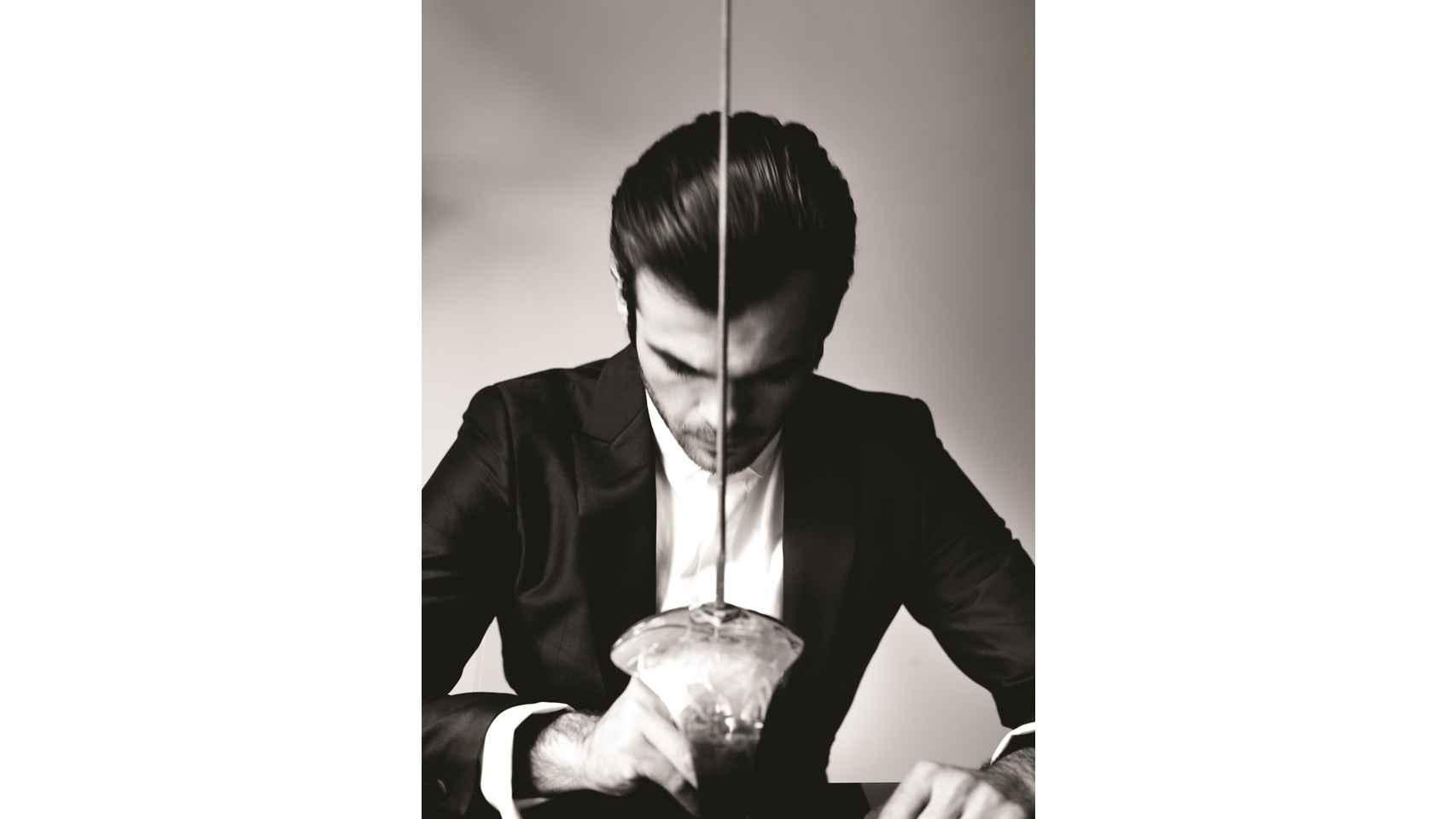 Alex con un look completo de PAL ZILERI, para vestir en clave gentleman contemporáneo, ponte tu camisa y chaqueta de vestir sin corbata ni gemelos.