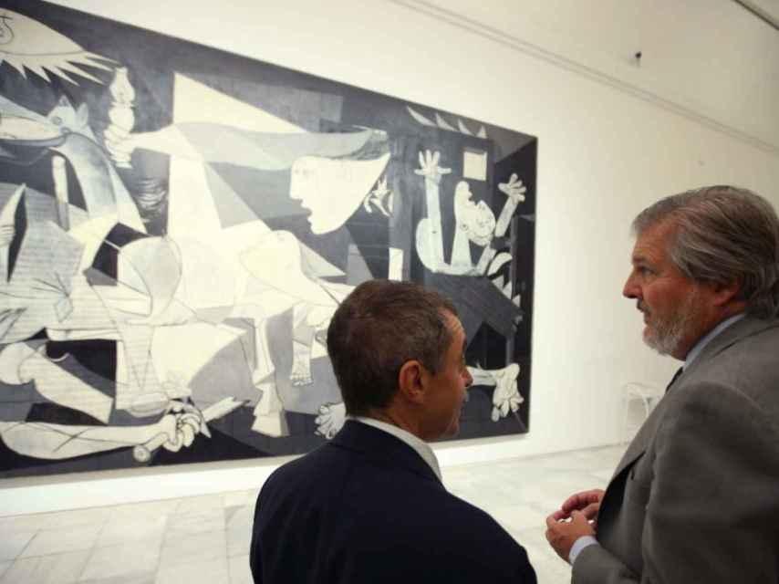 El director del museo, Manuel Borja-Villel, junto a Iñigo Méndez de Vigo, ministro de Educación, Cultura y Deporte.