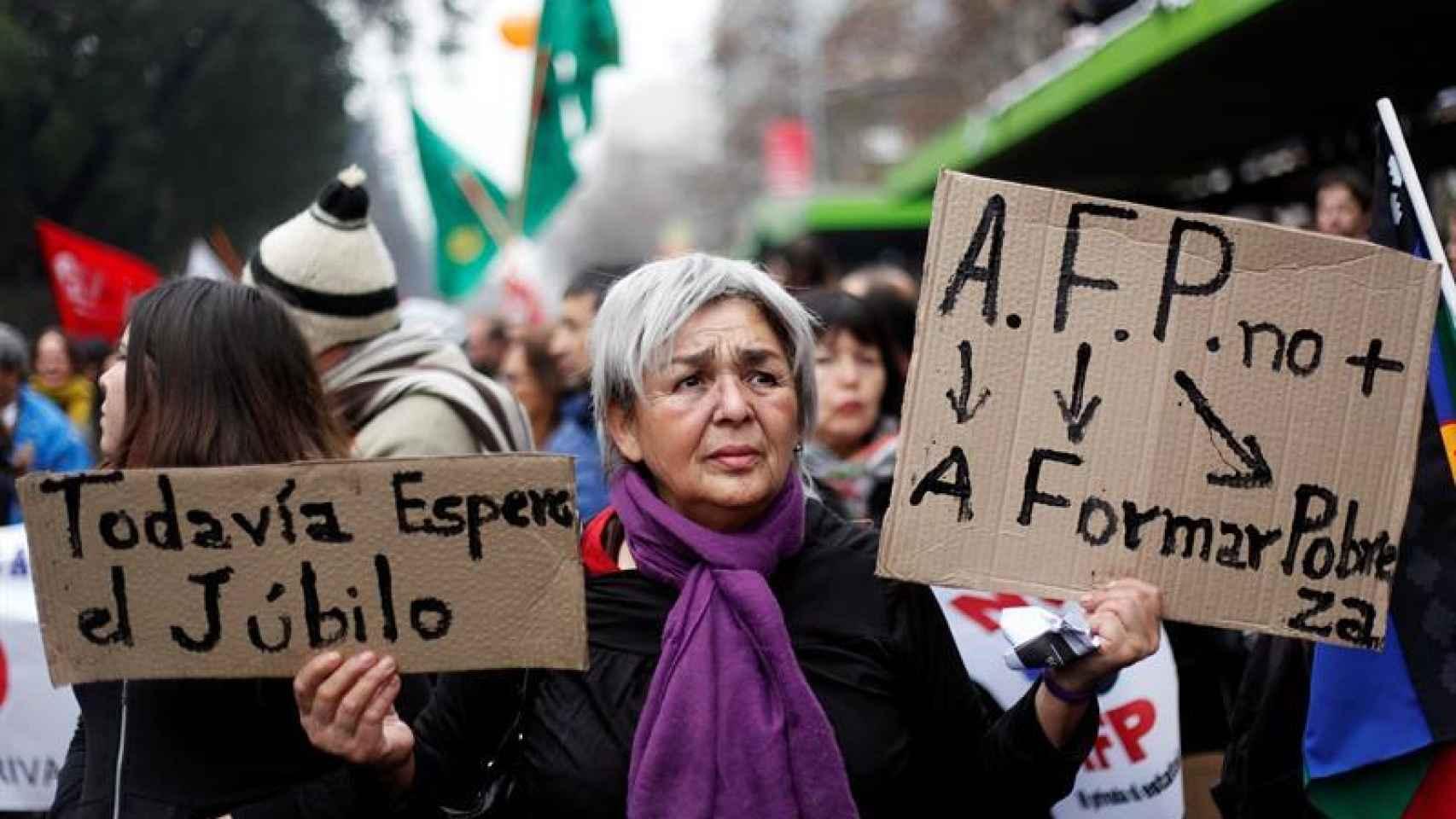 Una mujer se manifiesta contra el sistema de pensiones en Chile.