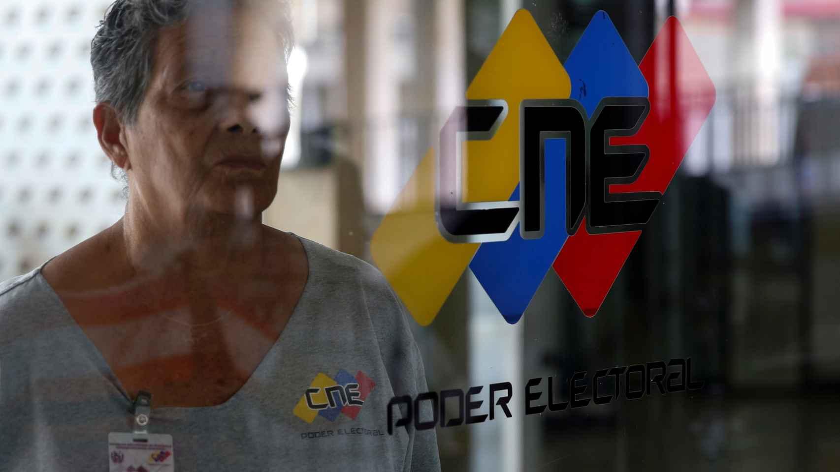 El Consejo Nacional Electoral de Venezuela rige en el proceso del referéndum contra Maduro.