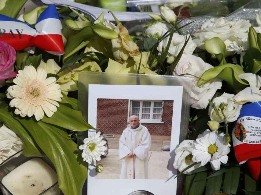 Unas flores rinden tributo al sacerdote Jacques Hamel, asesinado por los terroristas.