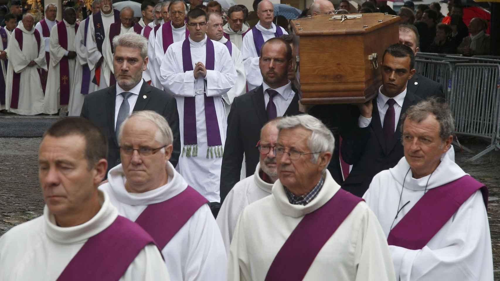 El funeral del cura asesinado el Estado Islámico en imágenes