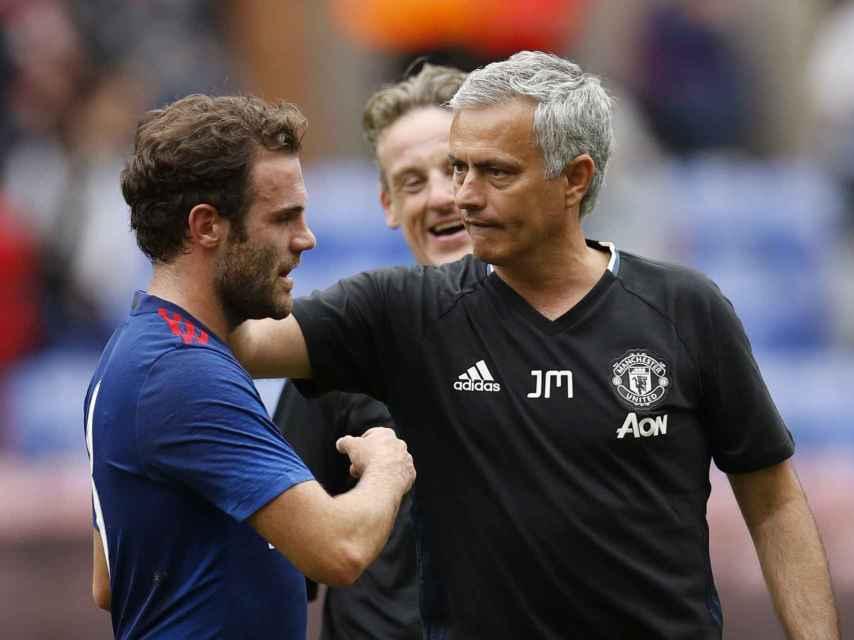 Mourinho y Mata durante un entrenamiento.