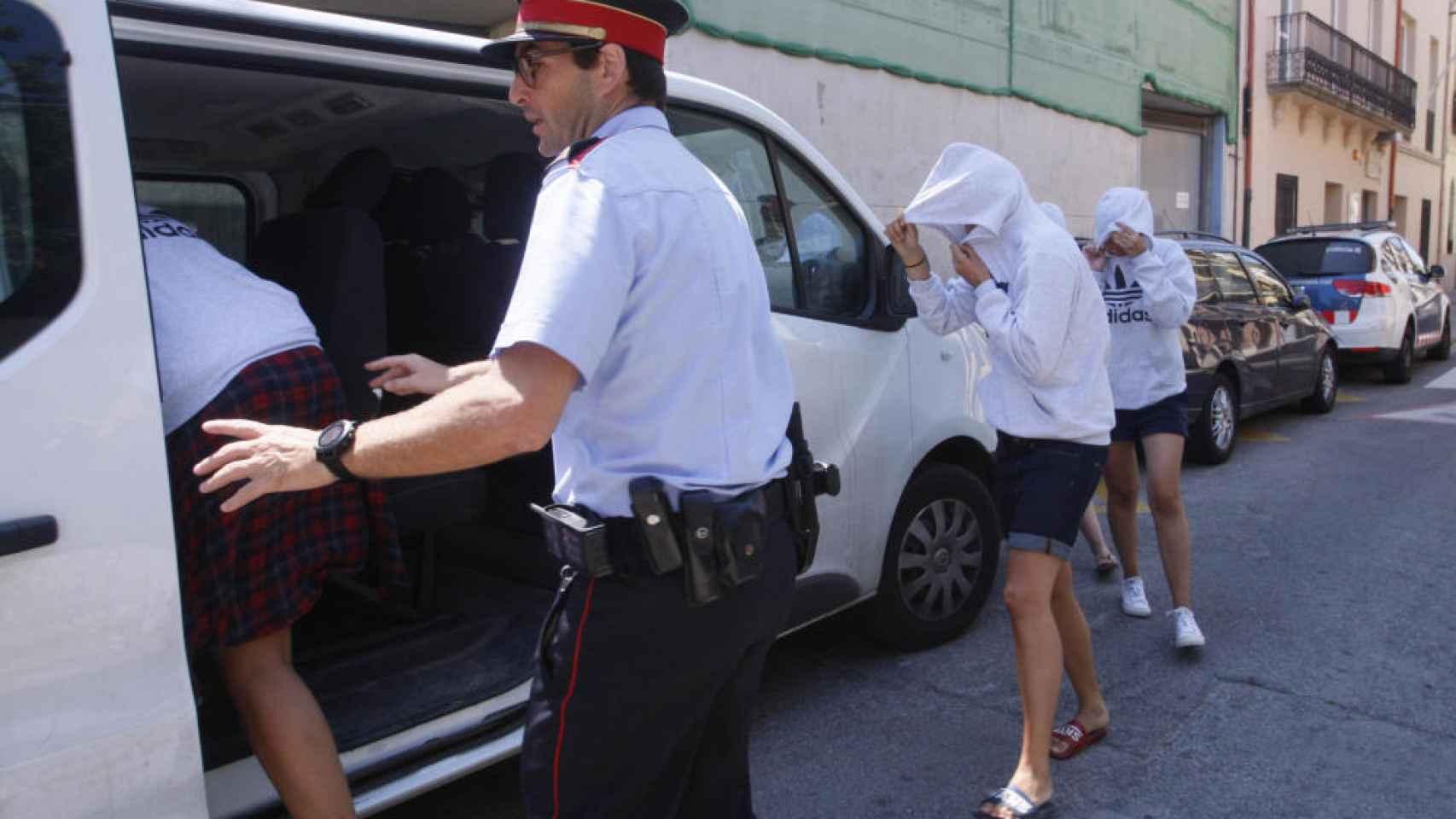 En libertad con cargos las cinco monitoras del flashmob de Platja d'Aro
