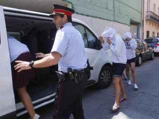 """En libertad con cargos las cinco monitoras del """"flashmob"""" de Platja d'Aro"""