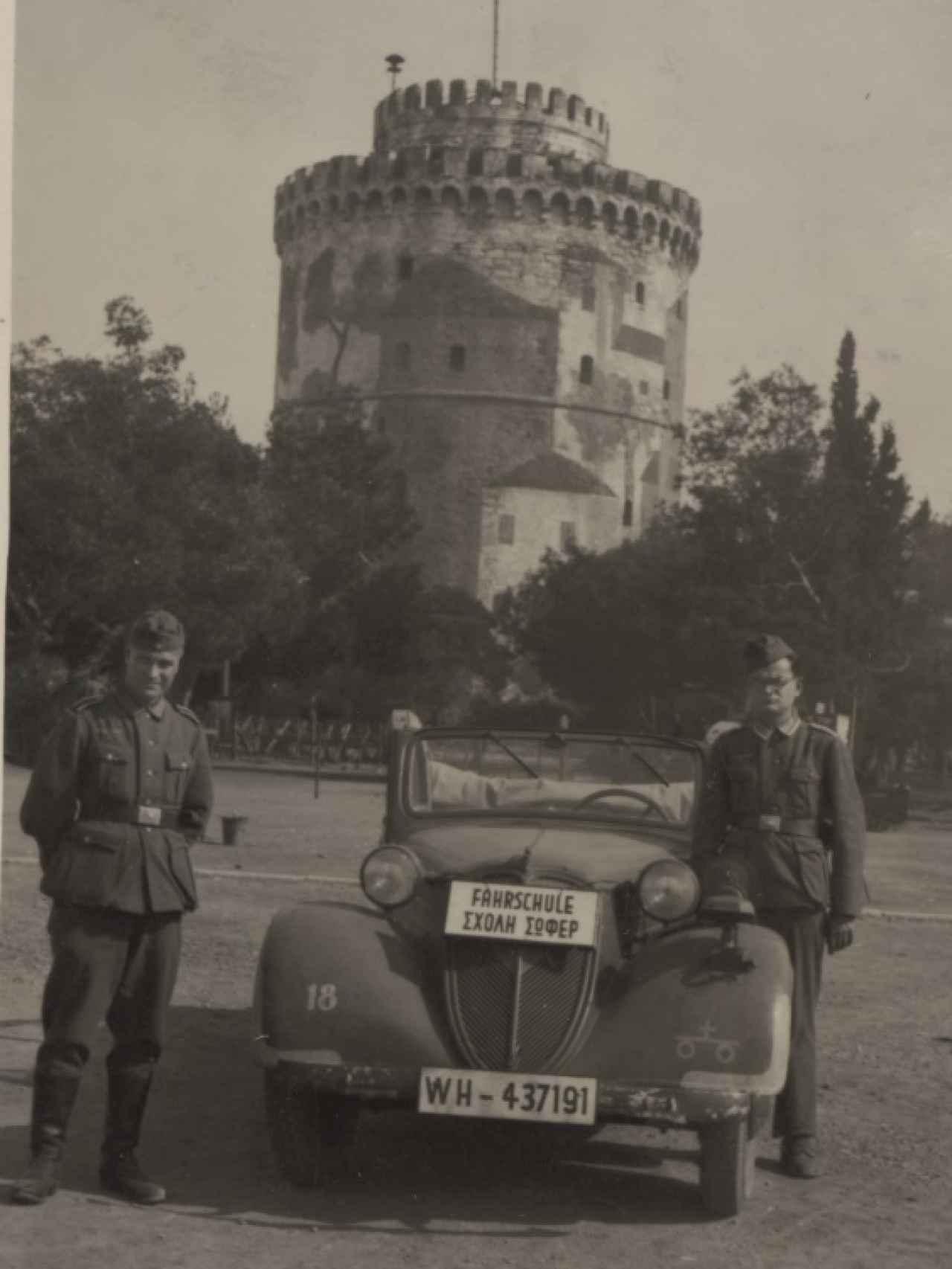 Dos soldados posando ante la Torre Blanca.