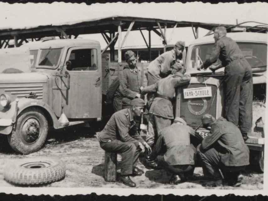 Soldados alemanes destinados a Salónica reparando un automóvil.