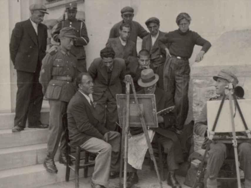 Pintores y soldados nazis en una de las calles de Salónica.