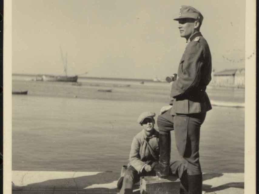 Un niño limpiabotas con un soldado en el frente marítimo de Salónica.