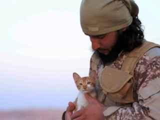 Un terrorista del autodenominado Estado Islámico posa con un gatito para su revista.
