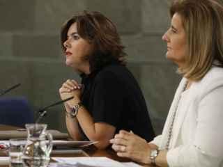 La vicepresidenta junto con la ministra de Empleo, Fátima Báñez.