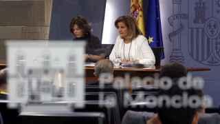 La portavoz del Gobierno, Sáenz de Santamaría, y la ministra de Empleo, Fátima Báñez
