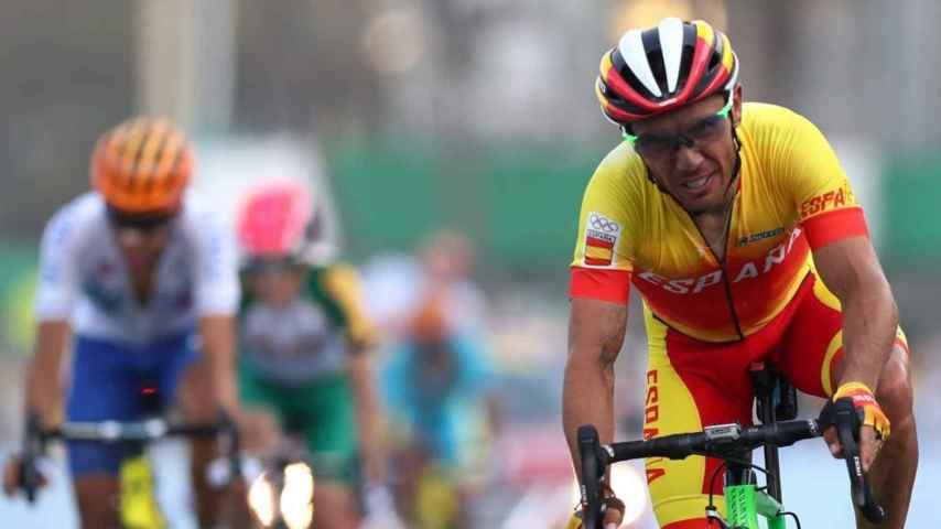 Purito Rodríguez, durante la prueba en ruta en Fort Copacabana, dentro del pelotón.
