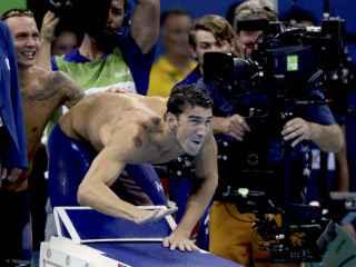 Los moratones de Michael Phelps, bien visibles.