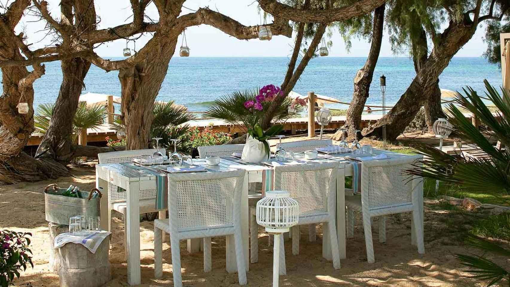 En el Club de Gecko podrás contemplar  las aguas turquesas mientras saboreas la cocina mediterránea.